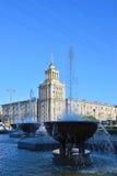 Die Brunnen an der öffentlichen Bibliothek und am hohen Gebäude auf M Stockfotos