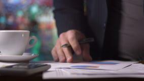 Die Buchhaltergeschäftsperson, die an Finanzierung arbeitet, bildet sich am Schreibtisch auf Taschenrechner stock footage