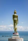 Die Buddha-Statue auf Seehintergrund Stockfotografie