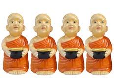 Die buddhistischen Anf?ngerharzcharaktere, die Almosen halten, rollen in der Hand lokalisiert auf wei?em Hintergrund lizenzfreies stockbild