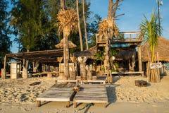 Die Bungalows sind auf Strand in Koh Lipe-Insel Stockfoto