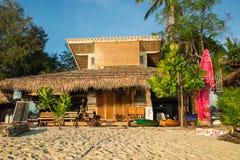 Die Bungalows sind auf Strand in Koh Lipe-Insel Lizenzfreie Stockfotos
