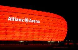 Die bunte Ablichtung der Allianz Arena stockfoto