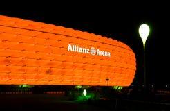 Die bunte Ablichtung der Allianz Arena stockfotografie