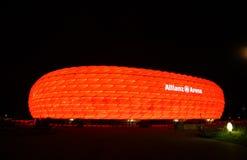 Die bunte Ablichtung der Allianz Arena lizenzfreies stockfoto