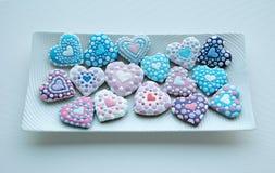 Die bunte Mischung von Honey Cookies auf einer weißen Platte, bunt, Herz formte Lizenzfreie Stockbilder