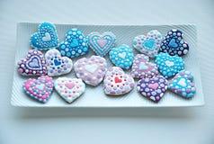 Die bunte Mischung von Honey Cookies auf einer weißen Platte, bunt, Herz formte Lizenzfreie Stockfotos