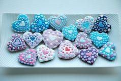 Die bunte Mischung von Honey Cookies auf einer weißen Platte, bunt, Herz formte Stockbilder
