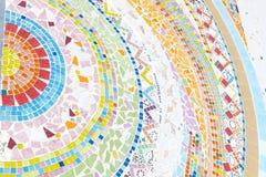 Die bunte Mosaikfliese und -stein, die auf Tempelwand verzieren Lizenzfreie Stockbilder