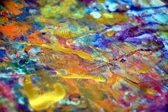 Die bunte purpurrote Farbe des orange Gelbs verwischte Goldspritzt, bunte klare wächserne Farben, kreativer Hintergrund der Kontr Stockfotos