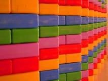 Die bunte Wand des selektiven Fokus, die vom multi farbigen Kasten hergestellt wird, spielt stockfotos
