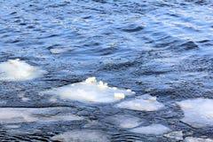 Die bunte Welt des Frühlingseisgangs auf dem Fluss 2 stockfotos