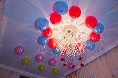 Die bunten Ballone, die auf die Decke einer Partei für Festival schwimmen, mögen Geburtstags- oder Weihnachtsfeierpartei Lizenzfreie Stockfotografie