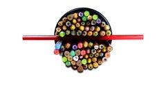 Die bunten Bleistifte im Metallkasten auf weißem Hintergrund isola Lizenzfreie Stockfotografie