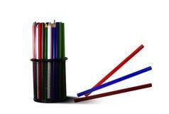 Die bunten Bleistifte im schwarzen Metallkasten mit drei Bleistiften Stockfotografie