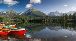 Die bunten Boote auf See in hohem Tatras lizenzfreies stockbild