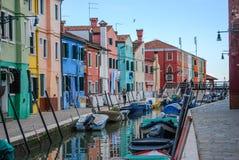Die bunten Kanalseitenhäuser in Burano, Venedig, Italien lizenzfreies stockbild