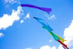 Die bunten Parteiflaggen feiern Zusammenfassung auf Hintergrund des blauen Himmels lizenzfreie stockfotografie