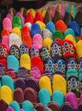 Die bunten traditionellen Schuhe von Marokko machten vom Leder Stockfotografie