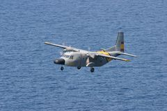 Die CASA C-212, die während der Rettung aviocar ist, manövriert während des Betriebs lizenzfreies stockbild