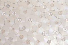Die CDs, die unten schauen, shinny digitalen Retro- Musikhintergrund der silbernen CDs lizenzfreie stockfotos