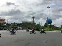 Die chaotische Bewegung des Motorrades auf dem Hintergrund die Kathedrale Lizenzfreies Stockbild