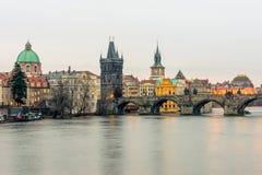 Die Charles-Brücke in Prag Lizenzfreie Stockfotos
