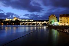 Die Charles-Brücke und das Prag-Schloss bei der Moldau Stockfotografie