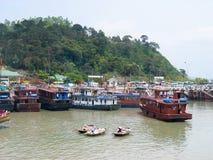 Die Charterboote von Halong-Bucht Lizenzfreie Stockbilder