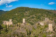 Die Chateaux de Lastours auf einem felsigen Sporn über dem französischen Dorf von Lastours lizenzfreie stockfotografie