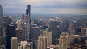 Die Chicago-Wolkenkratzer von oben genanntem - Vogelperspektive über der Stadt stock video