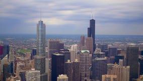 Die Chicago-Wolkenkratzer von oben genanntem - Vogelperspektive über der Stadt stock footage