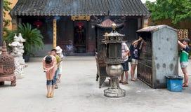 Die Chinesen beten an einem Kloster Lizenzfreies Stockbild
