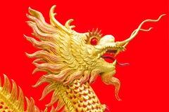 Die chinesische Art des goldenen Drachen auf roter Hintergrundkunst Stockfotos
