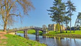 Die ` chinesische ` Brücke, die den Croome-Fluss, Croome-Park, Worcestershire kreuzt Stockfotografie