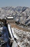 Die Chinesische Mauer im Winterweißschnee Lizenzfreies Stockfoto