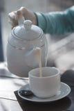 Die chinesische Teekanne des Lehms, zwei Cup und Zucker auf einer hölzernen Tabelle Stockfoto