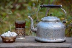 Die chinesische Teekanne des Lehms, zwei Cup und Zucker auf einer hölzernen Tabelle Stockfotografie
