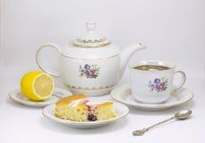 Die chinesische Teekanne des Lehms, zwei Cup und Zucker auf einer hölzernen Tabelle Lizenzfreie Stockfotografie
