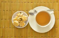 Die chinesischen Miniplätzchen, die Schwarzweiss-indischen Sesam zurechtmachen, essen mit heißem Tee Stockfotos