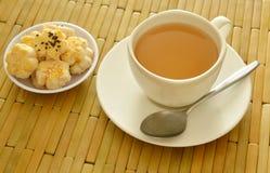 Die chinesischen Miniplätzchen, die Schwarzweiss-indischen Sesam zurechtmachen, essen mit heißem Tee Lizenzfreie Stockbilder