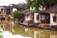 Die chinesischen wässrigen Stadtgebäude Stockfotos