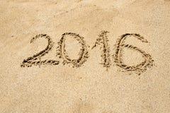2016 die cijfers op zand bij strand worden geschreven Stock Foto's