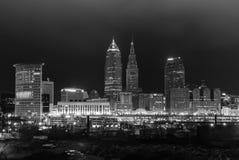 Die Cleveland-Skyline in Schwarzweiss nachts Lizenzfreie Stockbilder
