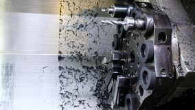 Die CNC-Drehbankmaschine Drehmaschine für die Bohrung mit dem Bohrgerätwerkzeug und Zentrierbohrerwerkzeug Die Hallotechnologiema stock video footage