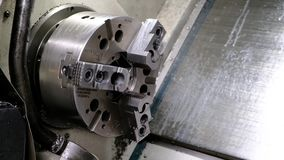 Die CNC-Drehbankmaschine Drehmaschine für die Bohrung mit dem Bohrgerätwerkzeug und Zentrierbohrerwerkzeug Die Hallotechnologiema stock video