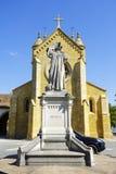 Die Collegekirche und die Statue stockfoto