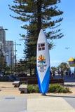 Die Commonwealth-Spielcountdownuhr, die als Surfbrett geformt wird, ist vier Meter hoch und steht am Strandende von Cavill Allee Stockbilder