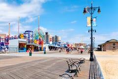 Die Coney Island-Küstenpromenade in New York auf einer schönen SU Stockfotografie