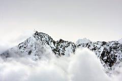Die corss auf dem Gebirgsgipfel in den Alpen Stockfoto